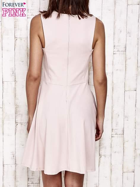 Różowa sukienka dresowa z dekoltem cut out z kokardą                                  zdj.                                  4