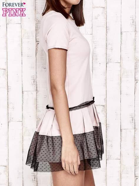 Różowa sukienka dresowa z kontrafałdami i tiulem w groszki                                  zdj.                                  3