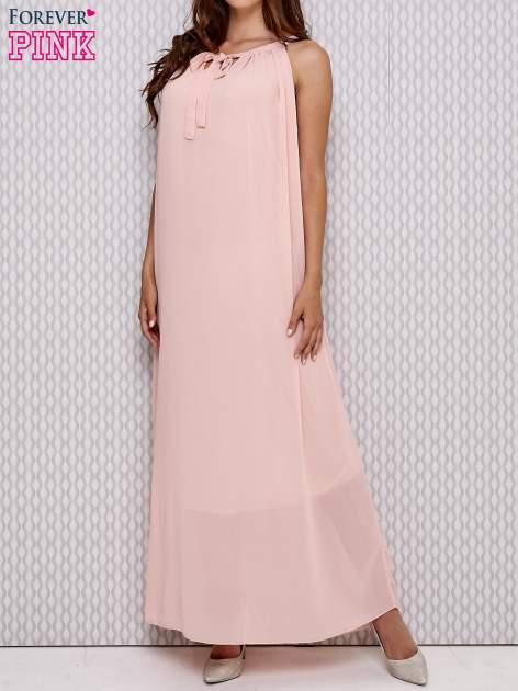 Różowa sukienka maxi z wiązaniem przy dekolcie