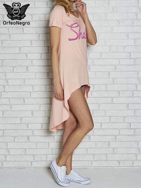 Różowa sukienka z dłuższym tyłem i napisem SHAKE!                                  zdj.                                  3