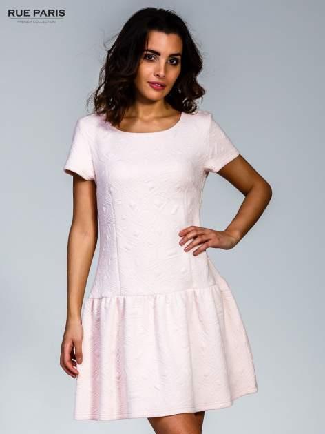 Różowa sukienka z falbaną wytłaczana w geometryczny wzór