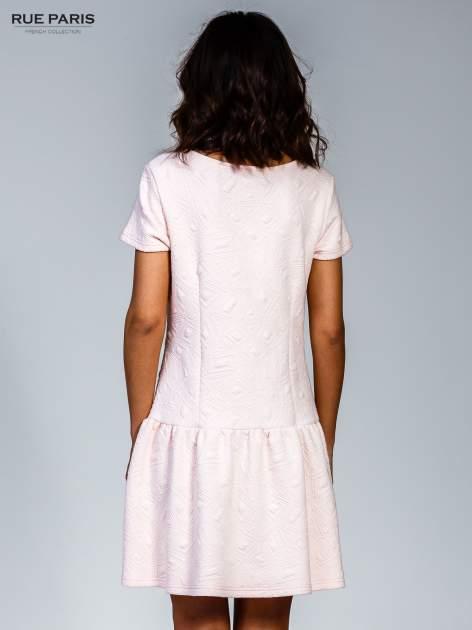 Różowa sukienka z falbaną wytłaczana w geometryczny wzór                                  zdj.                                  2