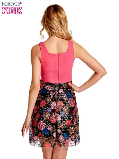 Różowa sukienka z kwiatowym dołem                                  zdj.                                  4