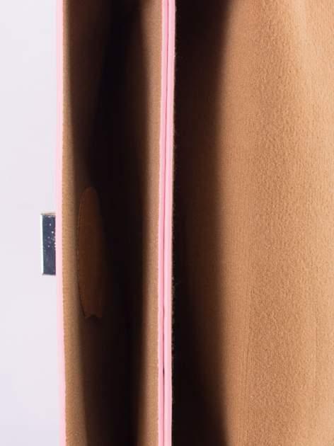 Różowa torebka listonoszka z falowanym wykończeniem                                  zdj.                                  6