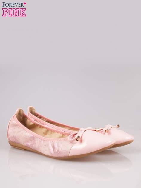Różowe pikowane baleriny na gumkę z gładkim noskiem                                  zdj.                                  2