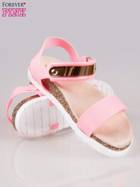 Różowe płaskie sandały z blaszką na korkowej podeszwie                                  zdj.                                  5