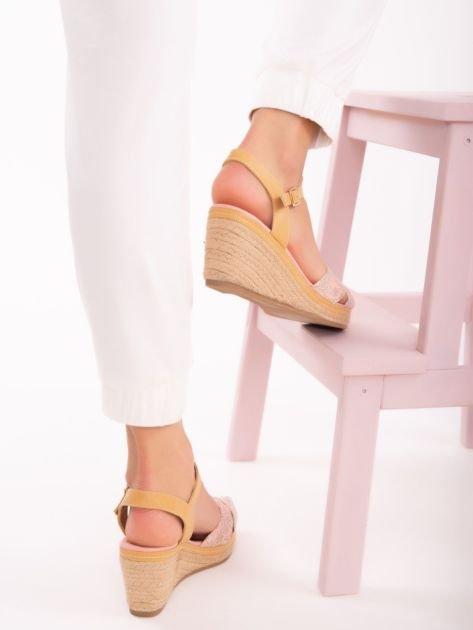 Różowe sandały na koturnach z nadrukiem w białe kwiaty                               zdj.                              5