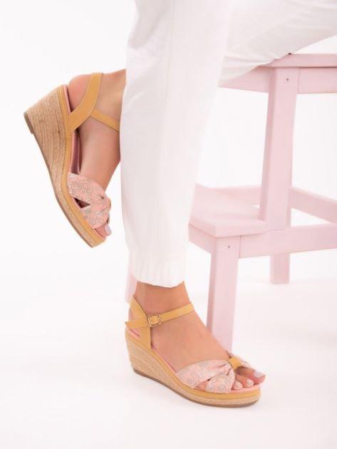 Różowe sandały na koturnach z nadrukiem w białe kwiaty                               zdj.                              4