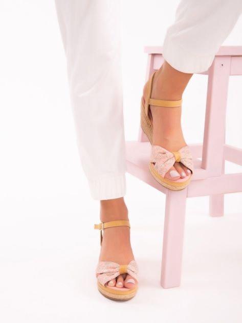 Różowe sandały na koturnach z nadrukiem w białe kwiaty                               zdj.                              3