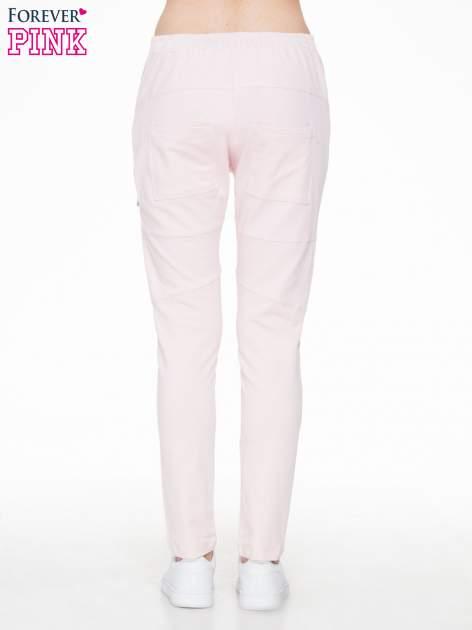 Różowe spodnie dresowe typu baggy z suwakiem                                  zdj.                                  4