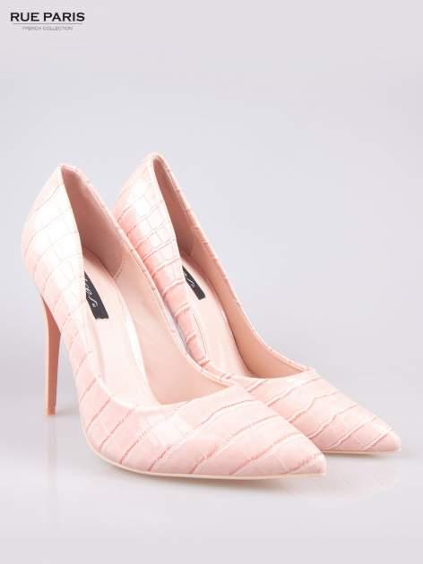 Różowe szpilki z lakierowanej skóry krokodyla                                  zdj.                                  2