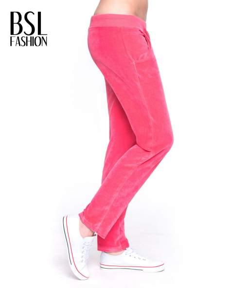 Różowe welurowe spodnie dresowe                                   zdj.                                  3