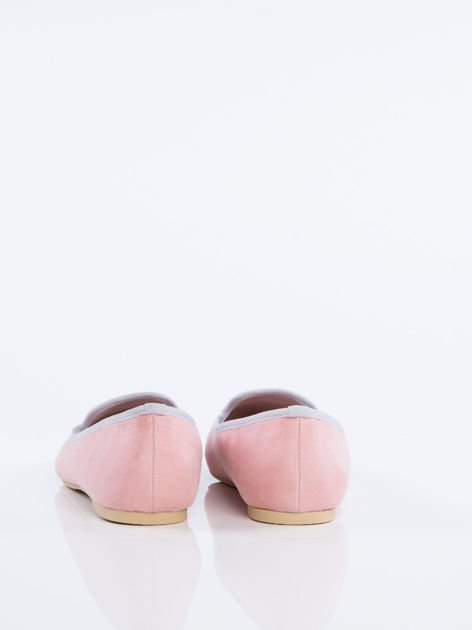 Różowe zamszowe lordsy z ozdobnym haftem w kształcie flaminga z przodu buta                              zdj.                              5