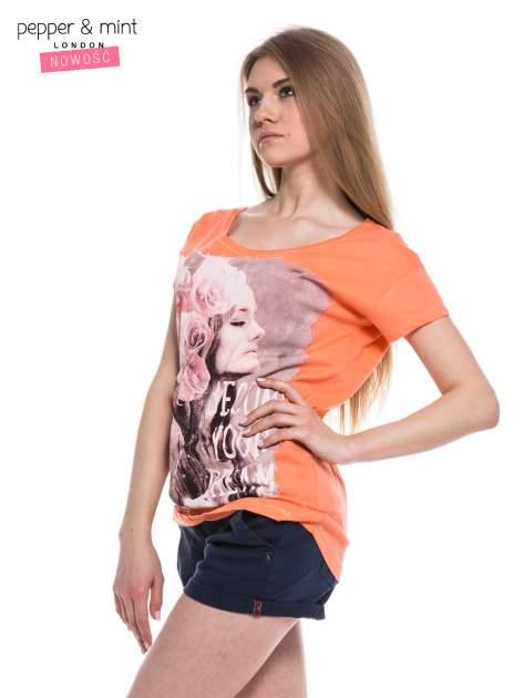 Różowopomarańczowy t-shirt z nadrukiem dziewczyny                                  zdj.                                  3