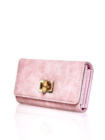 Różowy fakturowany portfel ze stylizowanym zapięciem                                   zdj.                                  3