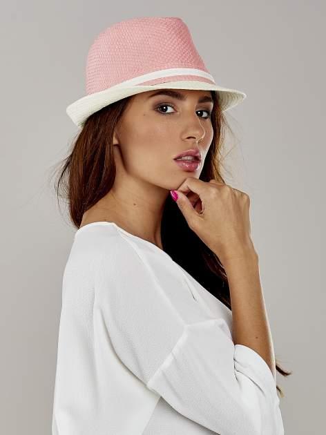 Różowy kapelusz fedora z białym wykończeniem                                  zdj.                                  3
