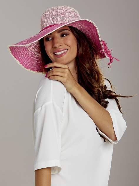 Różowy kapelusz słomiany z dużym rondem i kwiatem                                  zdj.                                  1