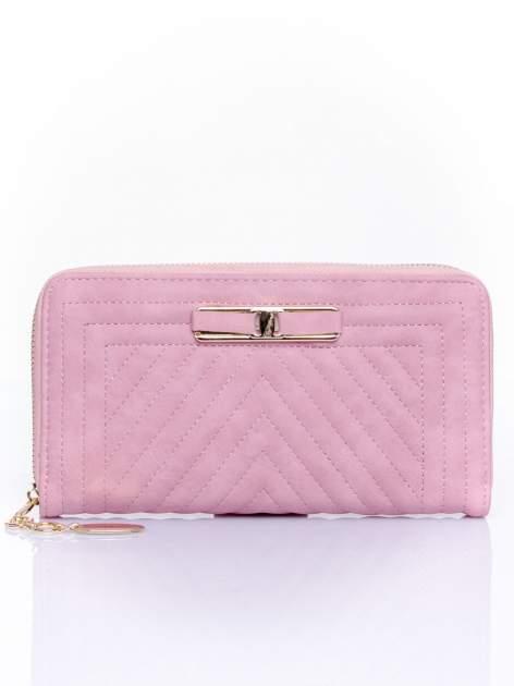 Różowy pikowany portfel z ozdobną klamerką                                  zdj.                                  1