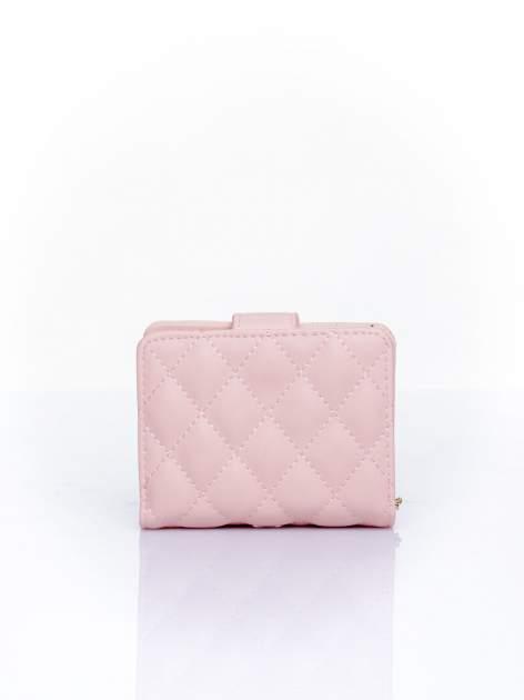 Różowy pikowany portfel z ozdobnym zapięciem                                  zdj.                                  2