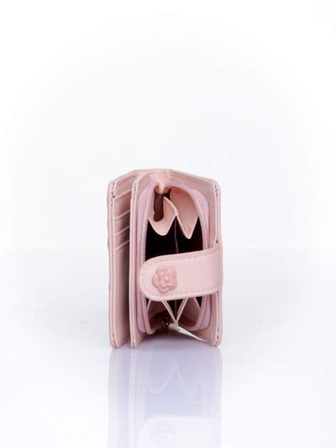 Różowy pikowany portfel z ozdobnym zapięciem                                  zdj.                                  4