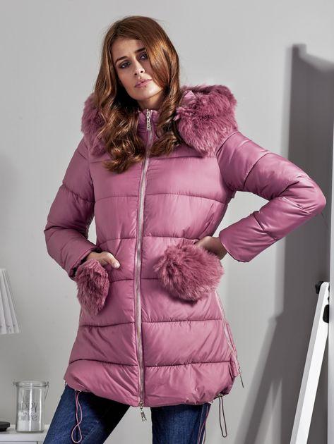 Różowy płaszcz z futrzanymi kieszeniami                              zdj.                              1