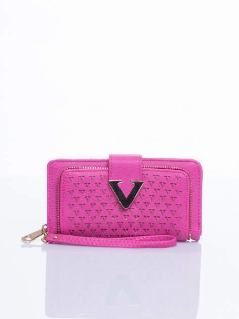 Różowy portfel ze złotym detalem V