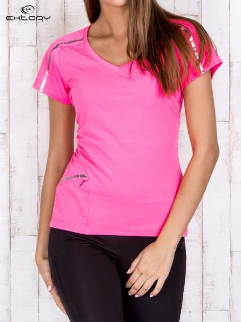 Różowy t-shirt sportowy z kieszonką i metalicznym nadrukiem