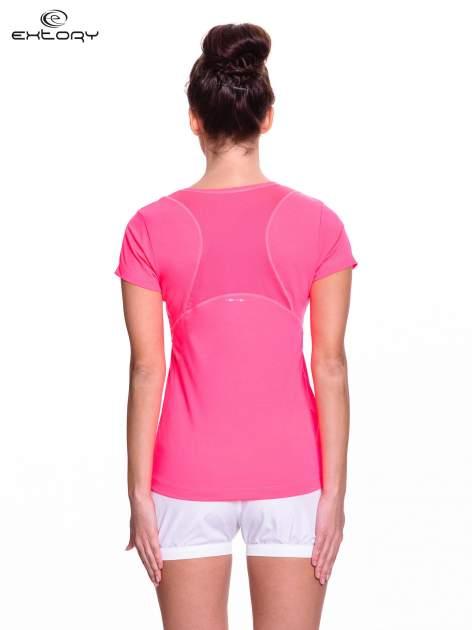 Różowy t-shirt sportowy z kieszonką na suwak PLUS SIZE                                  zdj.                                  4