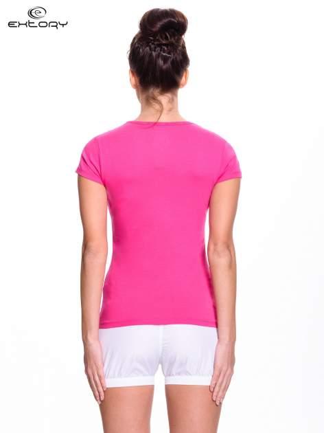 Różowy t-shirt sportowy z przeszyciem przy dekolcie i kieszonką                                  zdj.                                  4