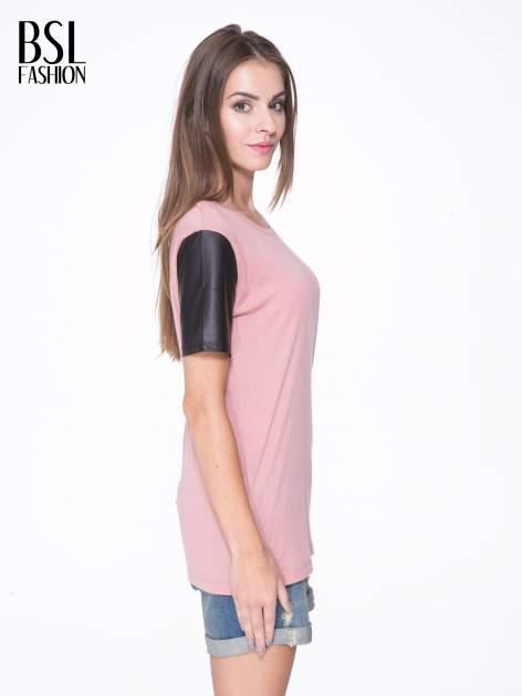 Różowy t-shirt z czarnymi skórzanymi rękawami                                  zdj.                                  3