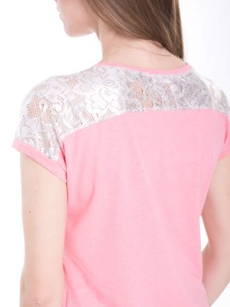 Różowy t-shirt z metalicznym nadrukiem HARD i koronkową wstawką z tyłu                                  zdj.                                  10