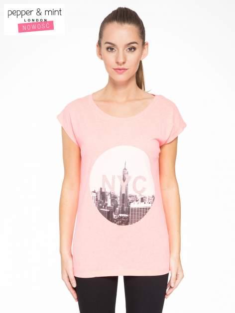 Różowy t-shirt z nadrukiem NYC zdobiony dżetami                                  zdj.                                  1