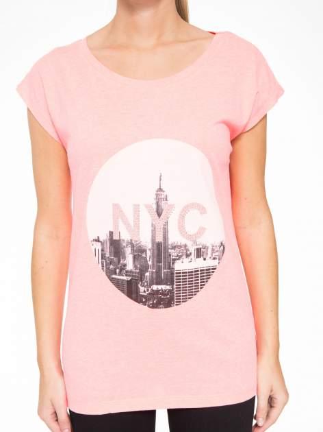 Różowy t-shirt z nadrukiem NYC zdobiony dżetami                                  zdj.                                  7
