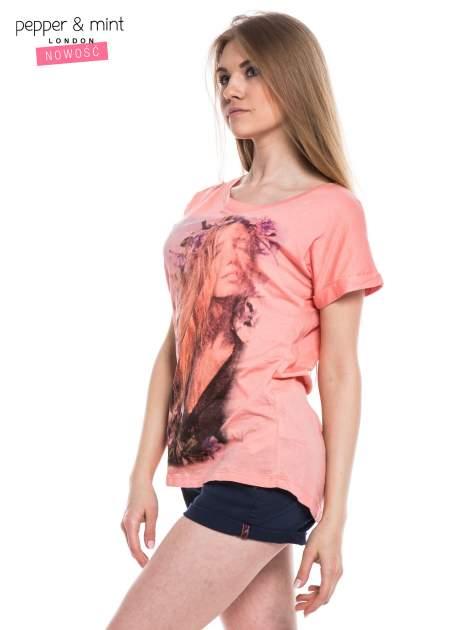 Różowy t-shirt z nadrukiem dziewczyny                                  zdj.                                  2