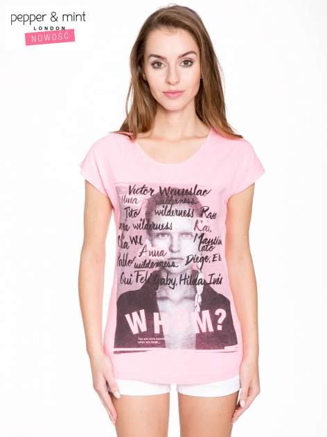 Różowy t-shirt z nadrukiem twarzy i napisem WHOM?