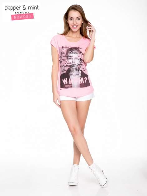 Różowy t-shirt z nadrukiem twarzy i napisem WHOM?                                  zdj.                                  5