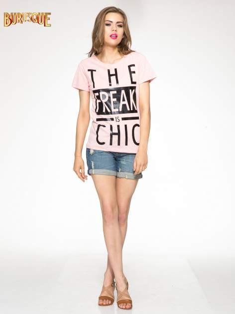 Różowy t-shirt z napisem THE FREAK IS CHIC                                  zdj.                                  2