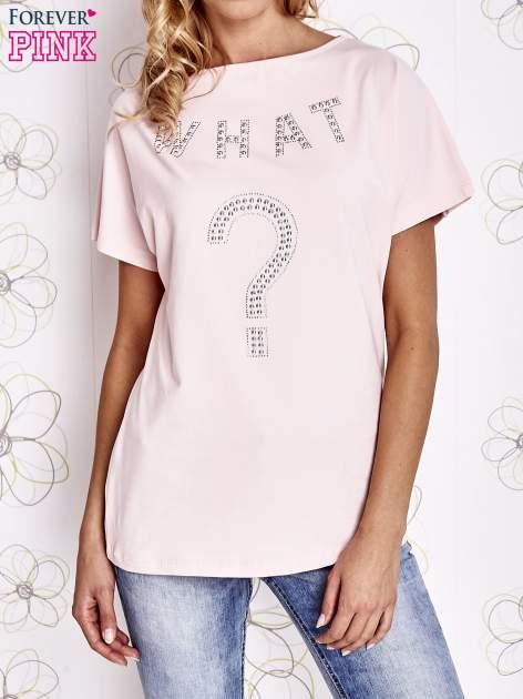 Różowy t-shirt z napisem i trójkątnym wycięciem na plecach