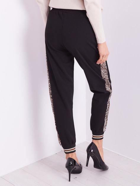 SCANDEZZA Czarne spodnie z cętkowanym lampasem                              zdj.                              11