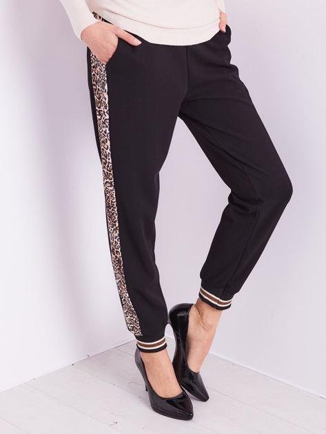 SCANDEZZA Czarne spodnie z cętkowanym lampasem                              zdj.                              4