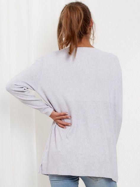 Jasnoszary luźny sweter z ozdobnymi ćwiekami                              zdj.                              3