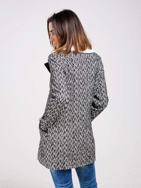 STRADIVARIUS  Czarny płaszcz ze skórzanymi dodatkami i kożuszkiem                                  zdj.                                  2