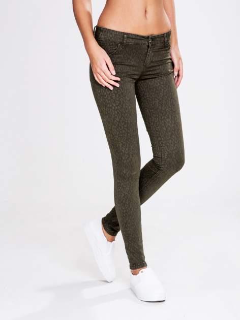 STRADIVARIUS Khaki spodnie rurki z nadrukiem panterki