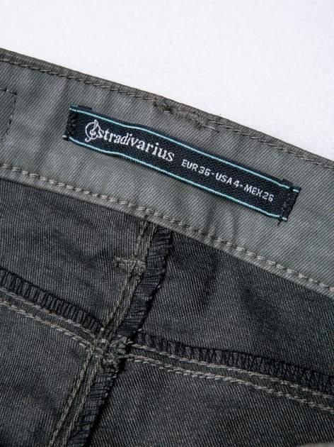 STRADIVARIUS Khaki spodnie rurki z woskowanego materiału                                  zdj.                                  3