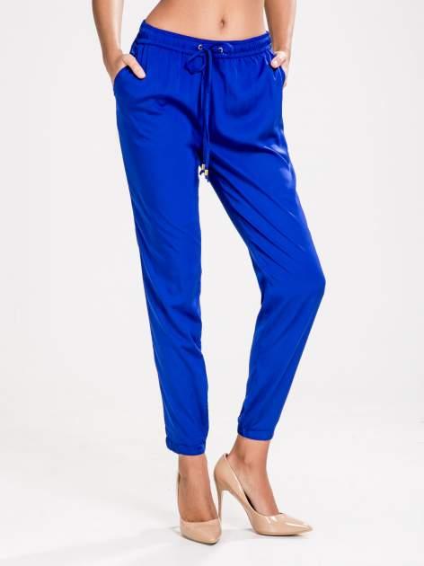 STRADIVARIUS Kobaltowe spodnie z lejącej tkaniny z kieszeniami                                  zdj.                                  1