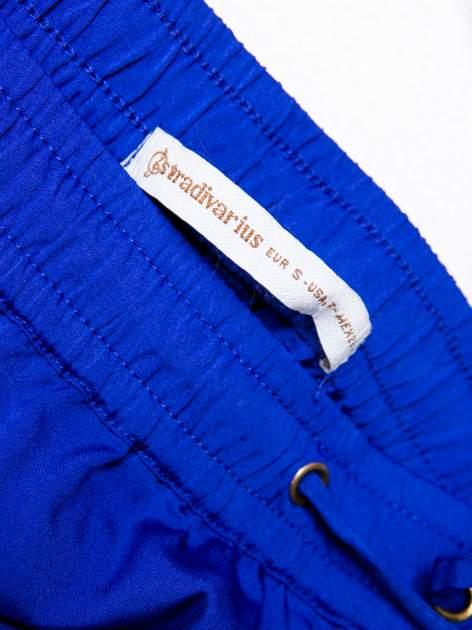 STRADIVARIUS Kobaltowe spodnie z lejącej tkaniny z kieszeniami                                  zdj.                                  3