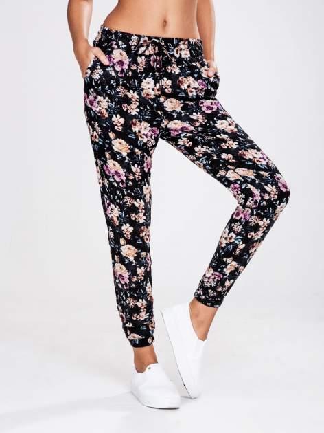 STRADIVARIUS Kwiatowe spodnie z lejącej tkaniny