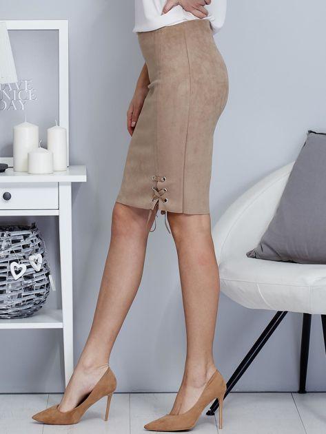 Spódnica beżowa z imitacji zamszu ze sznurowaniem                               zdj.                              3