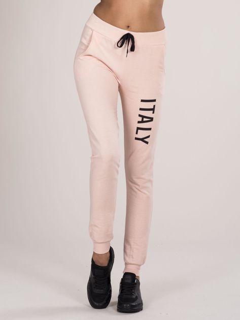 Spodnie dresowe z napisem jasnoróżowe                              zdj.                              1