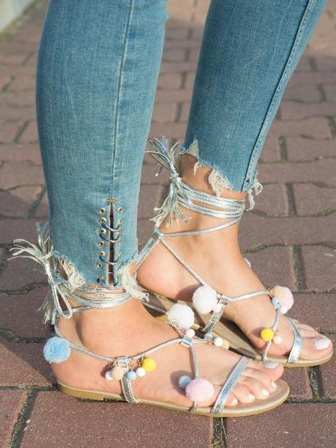 Srebrne sandały z kolorowymi pomponikami wiązane wokół kostki rzemykiem z ozdobnym chwostem                                  zdj.                                  1